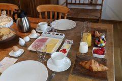 Ontbijt-afzonderlijk-opgediend-scaled